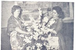 No final, flores. A senhora Com. Humberto D'Abronzo recebe um cartucho de flores da baroneza de Ventimiglia.