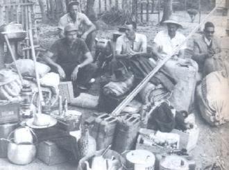 Os apetrechos - Pescadores, indo para o rio, sabiam quando estavam saindo, mas não quando voltavam. Isso acontecia tanto com pescadores profissionais quanto com amadores. Para a descida do rio, era preciso prever quase tudo: comida, combustível, varas de pescar, colchonetes, cobertores, comida, faroletes, baterias, ferramentas, material de cozinha e, evidentemente, a pinga.