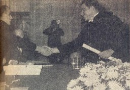 O Prof. Carivaldo de Godoy Jr., paraninfo da turma, entrega o diploma ao novo colega Sérgio Bicudo.