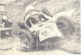 Momento em que o volante jazia sobre o leito a estrada de ferro Sorocabana, logo após ter rolado, junto com seu carro, o barranco da Avenida dos Operários.