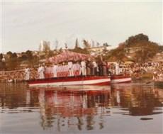 O barco principal descendo o rio com a Bandeira do Divino, o Festeiro e os Irmãos de Cima. Quando o batelão começa a descer, soltam-se rojões para os Irmãos de Baixo darem início à subida do rio.