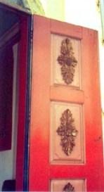 Detalhe da porta da Capela do Horto com entalhes do artista - Foto de F.F. Camargo Filho (2006).