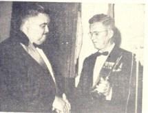 Mestre Thales (Prêmio Literatura Infantil) agradece a D'Abronzo, após ter em mãos o diploma