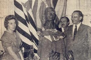 Evely Raya Baldo ao descerrer a bandeira de Piracicaba, dando por inaugurada a erma de Dedini, no Cristóvão Colombo. O homenageado João Chiarini e a escultura