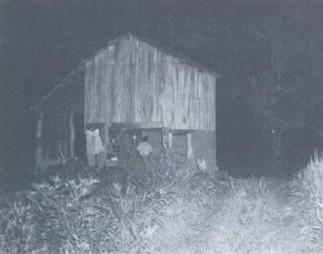 O rancho histórico - A foto é do rancho de Paschoal Guerrini, tido como o primeiro rancho de piracicabanos no rio Piracicaba. No rancho de Guerrini, fazia-se verdadeira pousada, pois era ponto estratégico para carregamento de madeira pelo rio. Nela, patrões e empregados conviviam dias seguidos à espera de abastecimentos e carga. A casa é de madeira, não existe mais. Foi construída sobre pilares à beira do rio especialmente para prevenção contra a presença de onças.