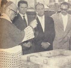 """Dom Ernesto de Paula procede a bênção. Ao fundo os Srs. Dovílio Ometto, Leopoldo Dedini e Narciso Gobin."""""""