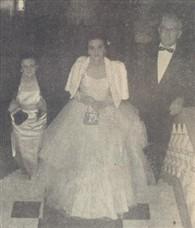 Maria Antonieta Romanelli Felippin, emocionada e linda, entre seus pais Dona Leonor e Sr. José Felippin