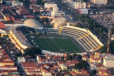 Vista aérea do Estádio Municipal Barão de Serra Negra e o complexo esportivo com ginásios e piscinas no seu entorno. Foto: Benedito Adilson Zavarize – MTB 69022