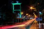 Vista noturna da Ponte Irmãos Rebouças, com a via antiga e a moderna ponte estaiada com seu elevador panorâmico contrastam sobre o Rio Piracicaba. Foto: Benedito Adilson Zavarize – MTB 69022