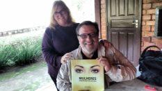 """Ávila Maria Garrett Savi de Andrade, debatedora do ciclo de palestras, presenteou o ator Luiz Melo com o livro """"Mulheres Semeadoras de Cultura"""""""