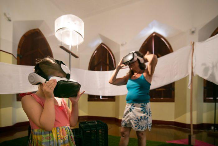 Instalação utiliza suportes interativos, óculos de realidade virtual e projeção em tecidos FOTO PAULO MUNHOZ