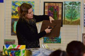 """Ariane Bianco, a artista plástica de Campo Largo, que foi a facilitadora das oficinas: """"o ensino da arte ajuda as crianças a desenvolver competências cognitivas""""."""
