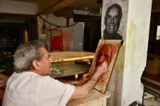 Entre seus muitos talentos, Jairo Mattos também era escultor. Nesta foto, ele esculpe a cabeça do prof. da ESALQ, Edmar José Kiehl, conhecido como pai do adubo organomineral. A escultura está, hoje, no Zoológico Municipal de Piracicaba, entidade da qual prof. Edmar foi fundador e diretor. (foto: Marcelo Fuzeti Elias)