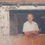 Reprodução de foto que mostra Frei Sigrist na janela de seu barraco_dest