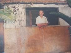 Reprodução de foto que mostra Frei Sigrist na janela de seu barraco. (foto: Prefeitura Municipal)
