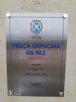 """Placa de designação do nome da """"Praça Sapucaia da Paz""""."""