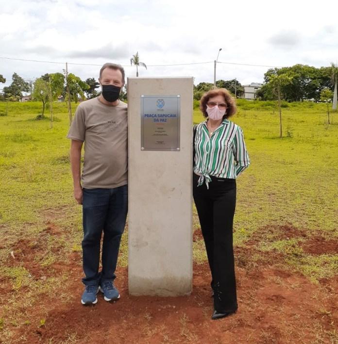 """Valdiza Capranico e seu primo J. Antonio prestigiam o evento que oficializou o nome da Praça """"Sapucaia da Paz""""."""