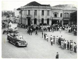 """Ao fundo da praça, a """"Calçadinha de Ouro"""" - tendo o Banco Comercial na esquina e a Bombonière do Passarela à direita. (foto: acervo Cecílio Elias Netto)"""