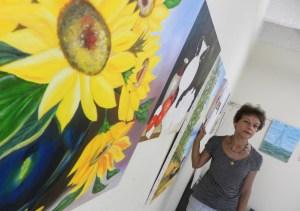 Maria Angelica Stolf com trabalhos de alunos 2 FOTO      RAFAEL BITENCOURT