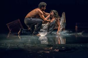 Com cenário submerso, 180 Dias de Inverno  é atração no Teatro do Engenho - foto Samuel Mendes