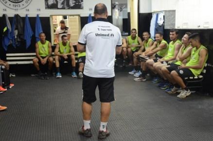 Técnico Cleber Gaúcho conversa com o grupo