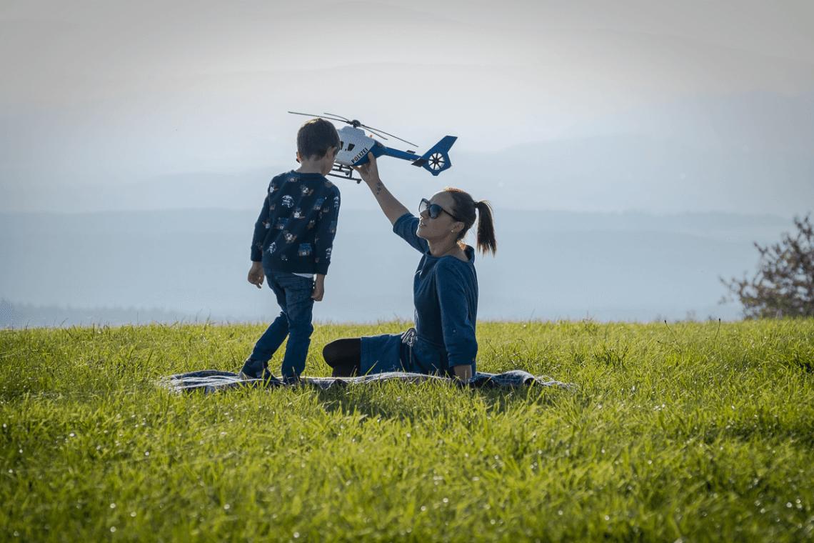 Mama spielt mit Sohn