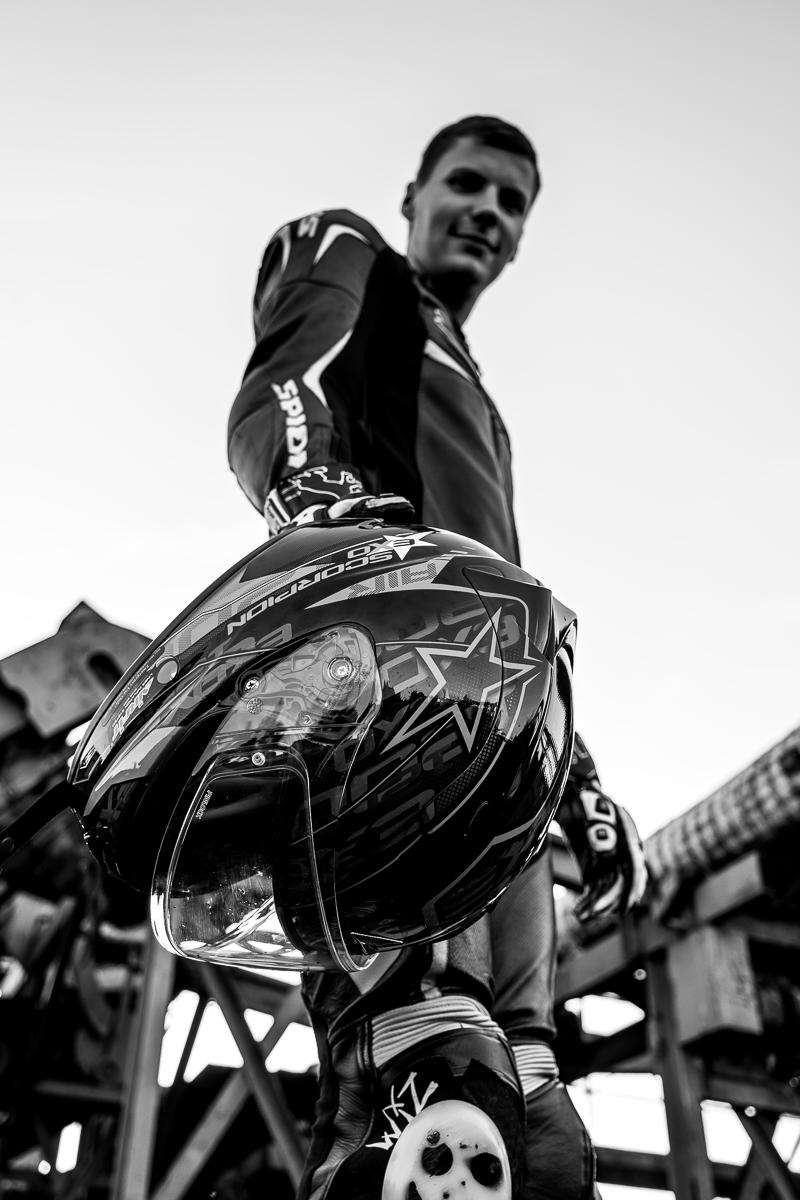 Biker hält Helm in der Hand