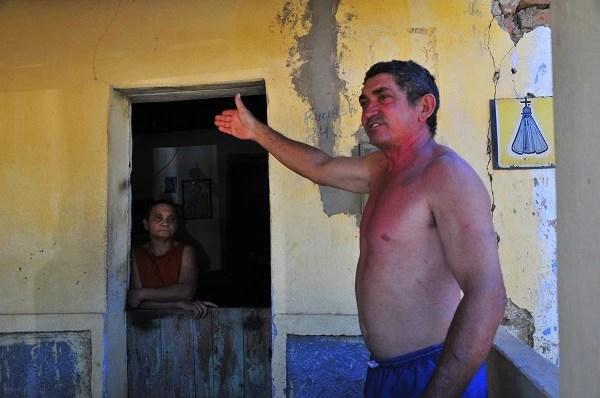 Em Caiçara, distrito de Custódia, Maria Célia Rodrigues da Silva disse que falta água nas torneiras desde o início das obras do PISF (Foto: Mano Carvalho)