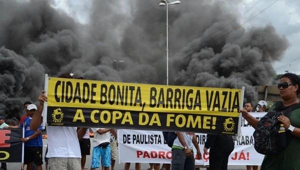 Ambulantes protestam pelo direito de vender comidas e bebidas no entorno dos estádios em Recife, durante a Copa do Mundo (Foto: Victor Soares/Leia Já Imagens/Estadão Conteúdo)