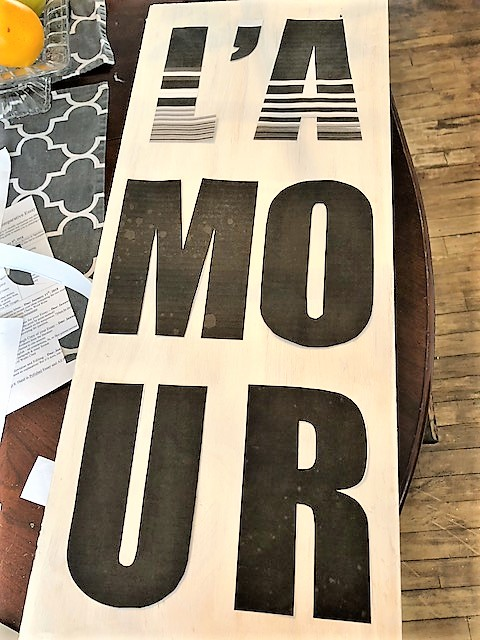 How to turn a wooden board into a Valentine's Day sign