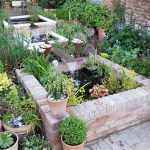 Garden water feature with filtration system