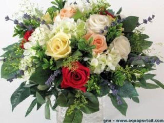 Un bouquet de fleurs artificielles