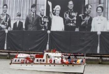 oligarchy-boat_2237445b