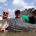 Pescadores usam cinzas de amigo para fisgar carpa imensa