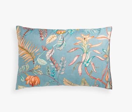 Funda de almohada de algodón de 150 hilos estampada con un diseño floral a base de ramas y flores