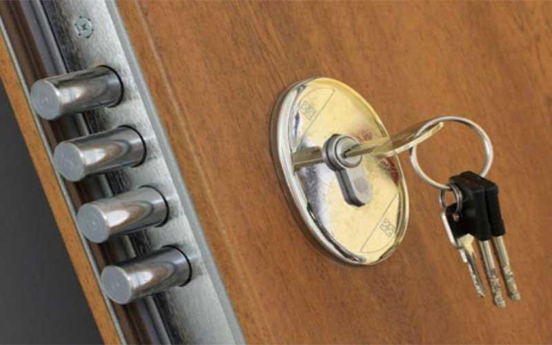 Reparar la cerradura de una puerta blindada