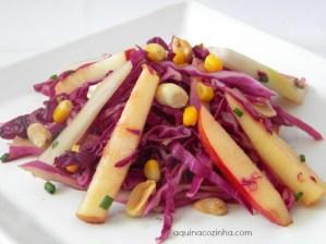 Salada de Repolho Roxo Com Maçã e Amendoim