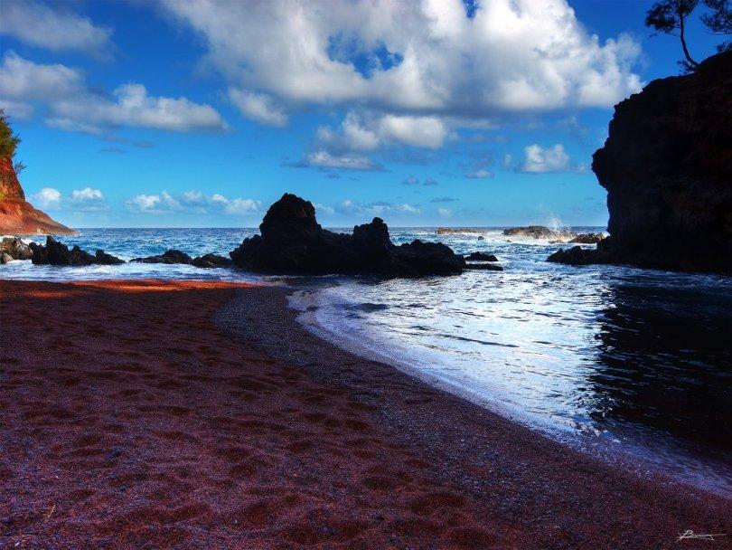 شاطيء الرمال الحمراء