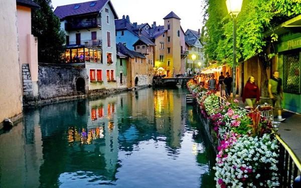 بلدة أنه في فرنسا