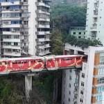 لن تصدق عيناك عندما ترى صور القطار الصيني العجيب الذي يمر خلال مبنى سكني