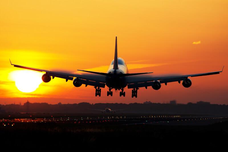 أفضل النصائح لتوفر نفقاتك عند سفرك على متن طائرة: بعضها سيغير حياتك تماماً