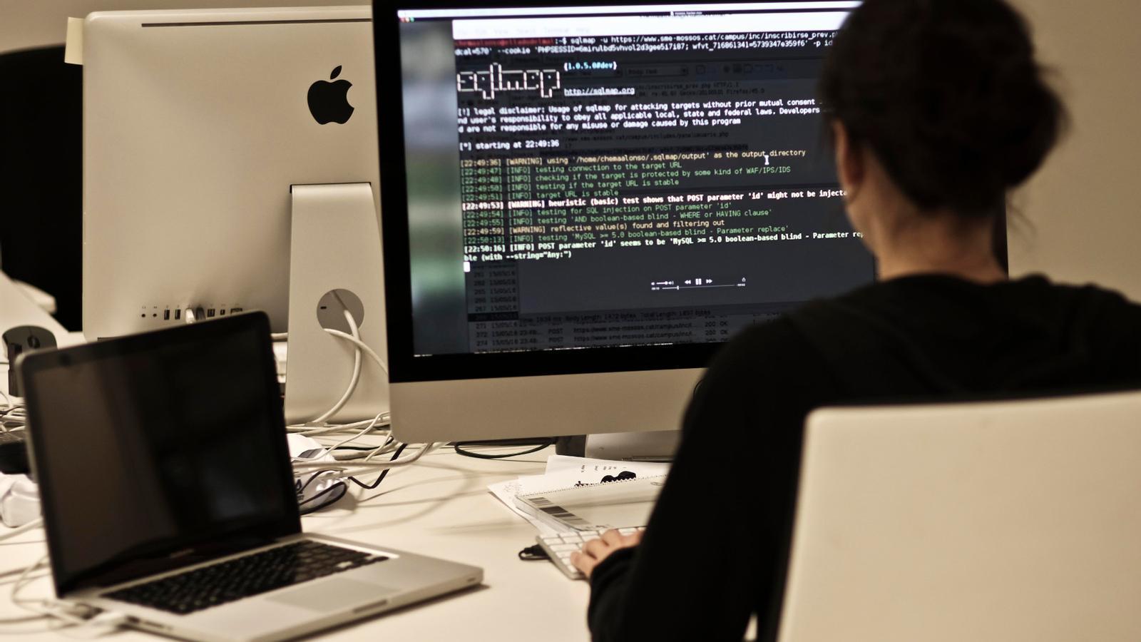 Los responsables del ataque publicaron un vídeo para mostrar cómo habían hecho el ataque informático al Sindicato de Mossos / XAVIER BERTRAL
