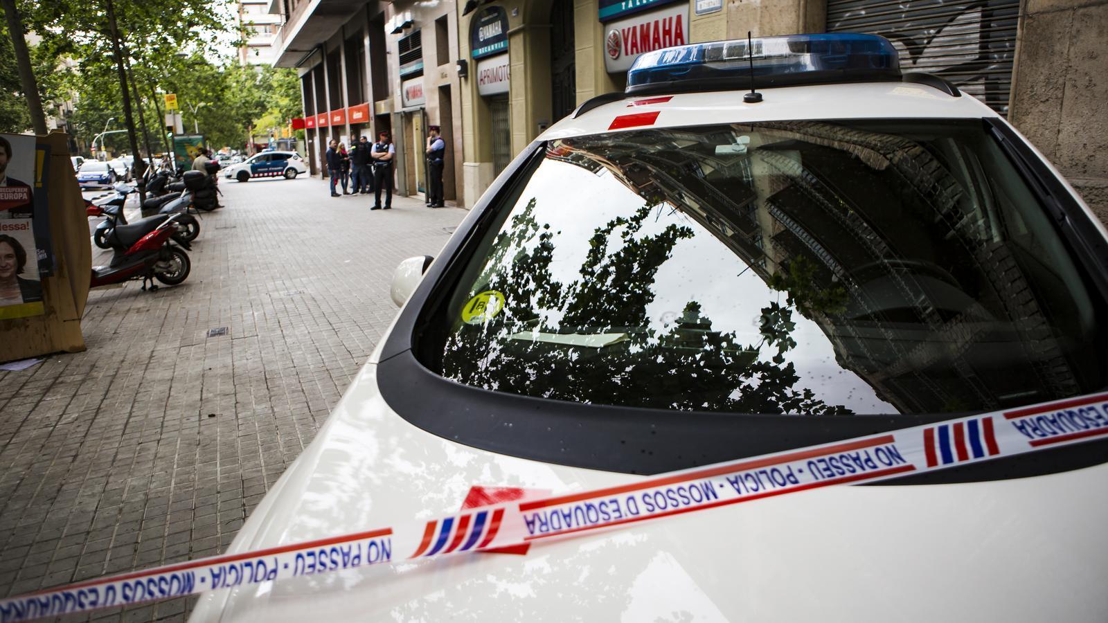 Tres atracadors assalten un supermercat a Barcelona i dos fugen amb una ostatge