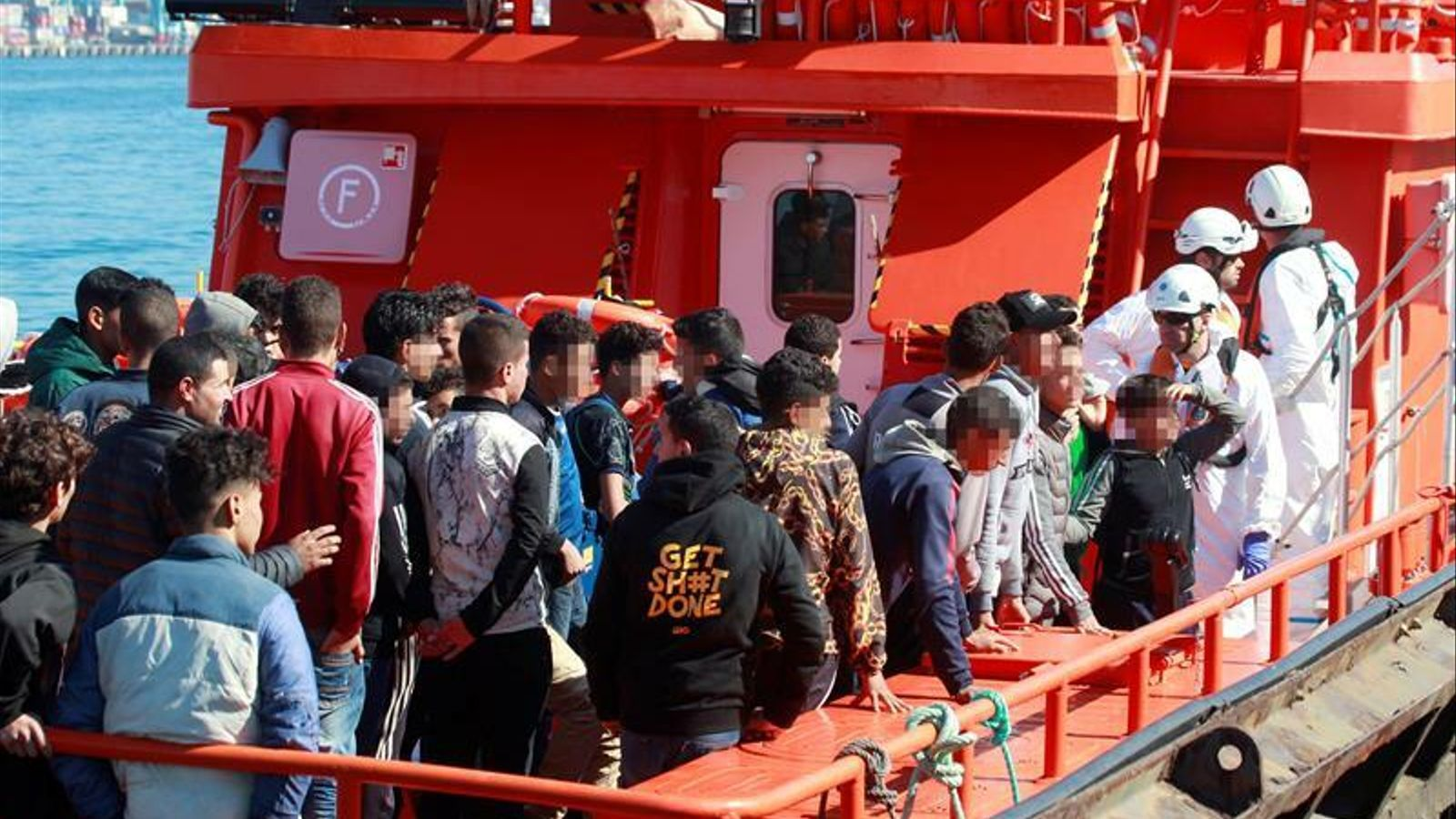 Rescatades 16 persones d'una pastera prop de Tarifa