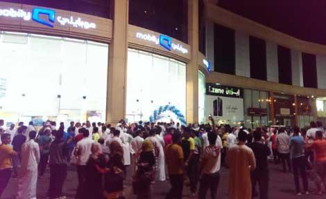 زحام أمام أحد فروع موبايلي بجدة انتظاراً لشراء الآيفون 6 - السعودية