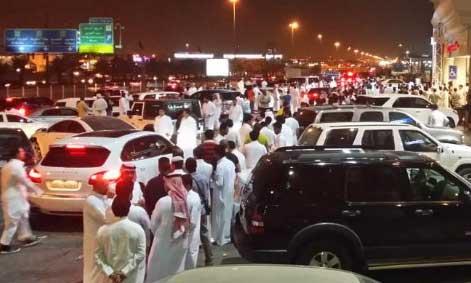 العشرات في انتظار الآيفون 6 أمام أحد فروع موبايلي بالرياض - السعودية