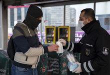 Photo of في إطار القرارات الجديدة .. الشرطة التركية توزع كمامات على من لا يملكونها