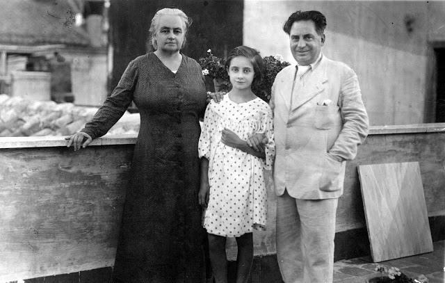 Goliarda bambina con Peppino Sapienza e Maria Giudice nella casa di via Pistone a Catania