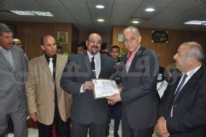اللواء محمود عشماوى محافظ الوادى الجديد يكرم مدير إدارة مدرسة محمد أنور السادات الثانوية بنين