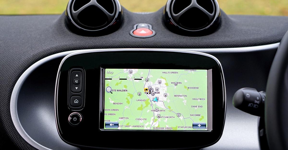 سيارة مجهزة بنظام الملاحة GPS